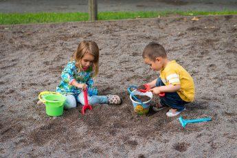 Дети играют в грязи