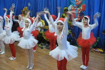 Дети танцуют