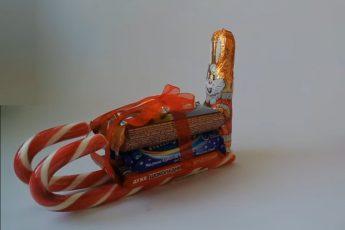 Как сделать сладкие сани из конфет