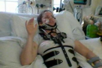 Со сломанной спиной после аварии женщина узнала, что внутри что-то растет