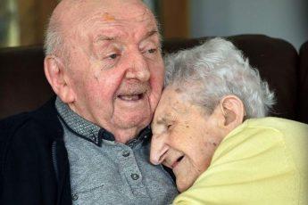 98-летняя мама переехала к 80-летнему сыну