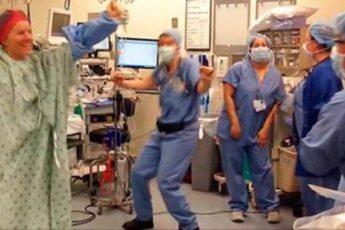 Врачи решили поддержать пациентку и устроили в операционной это