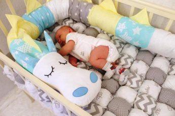 Валик в кроватку для новорождённых: предназначение, выбор